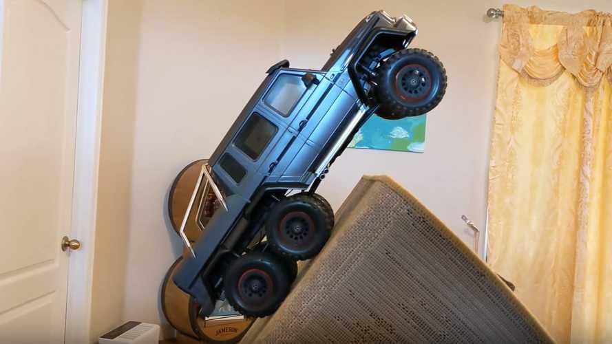 Uzaktan kumandalı Mercedes-AMG G63 6x6'nın evdeki arazi sürüşünü izleyin