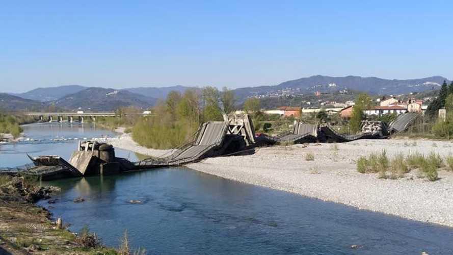 Crollo del ponte ad Aulla, due furgoni coninvolti