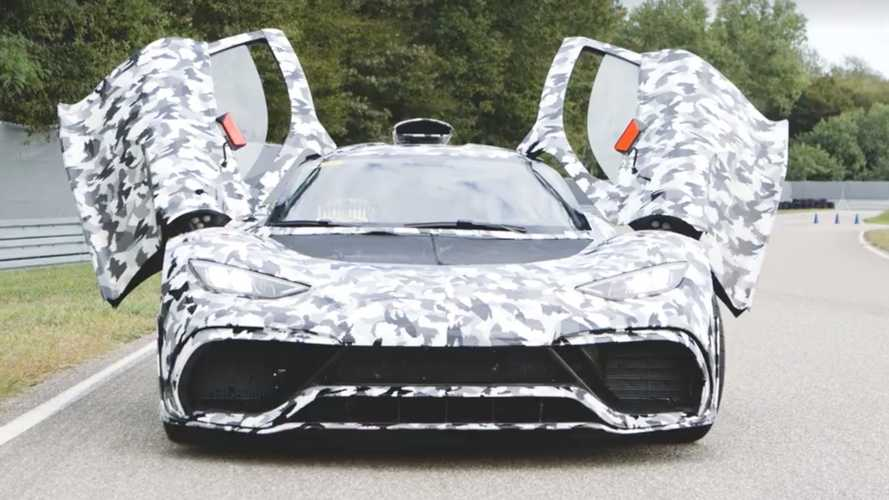 Lewis Hamilton guarda da vicino la Mercedes-AMG One