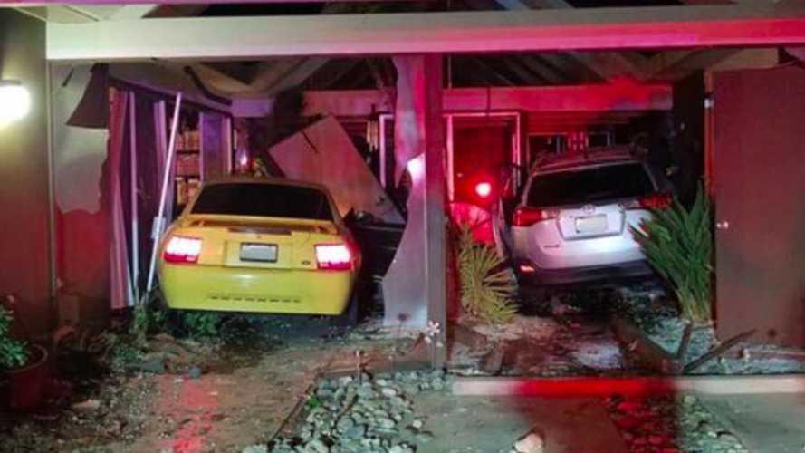 Két autóval három balesetet szenvedett egy háznál egy nagyon részeg sofőr