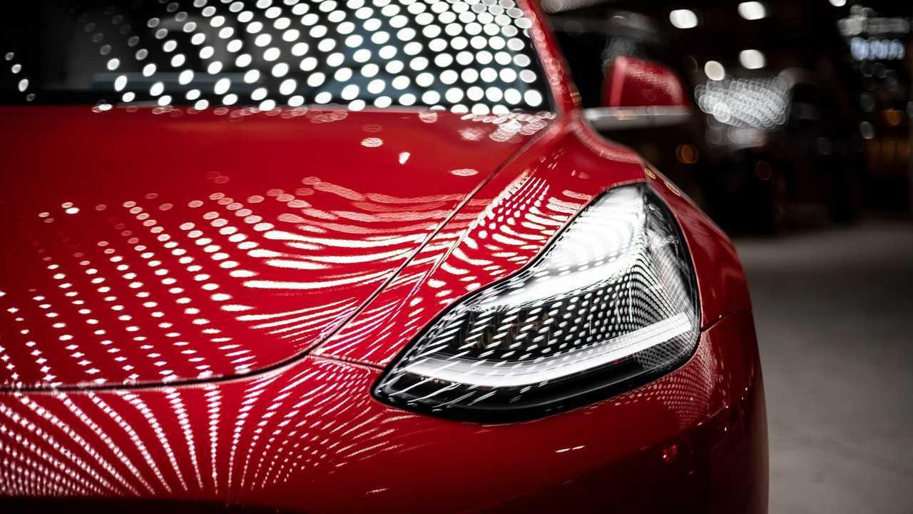 Tesla Model 3 Desenli Işık Yansımalı İç Mekanlar