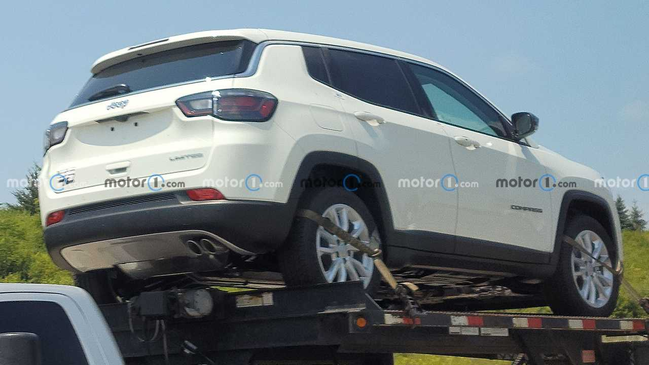Tampilan belakang Jeep Compass baru dengan powertrain hybrid ringan.