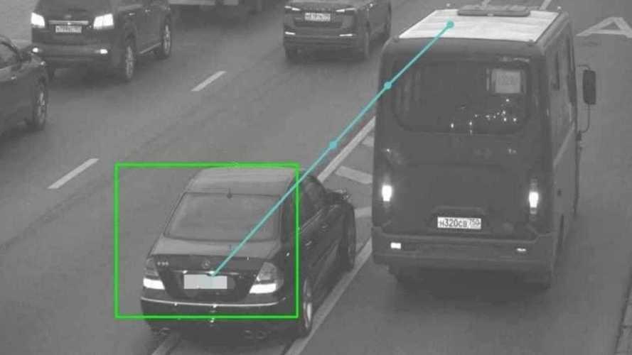 Москвичей начали штрафовать за проезд между полосами