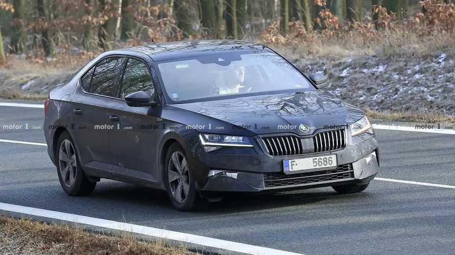 Skoda Superb 2019 Limousine und Combi Erlkönigbilder