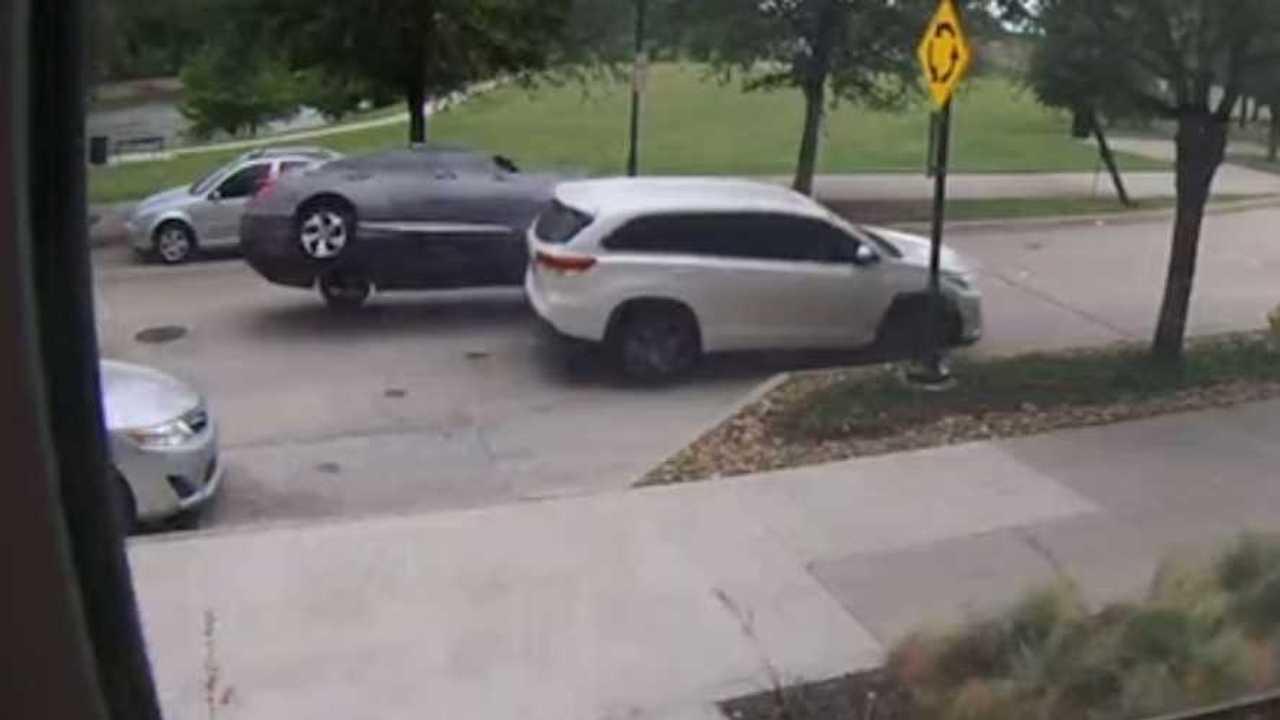 Tilosban parkoló baleset