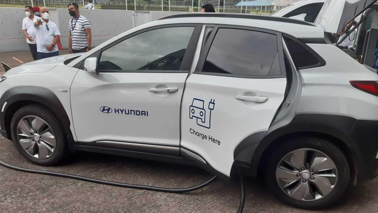 Demonstrasi Mobile Charging EV Hyundai dalam ajang Hyundai Track Day 2021 di Sentul.