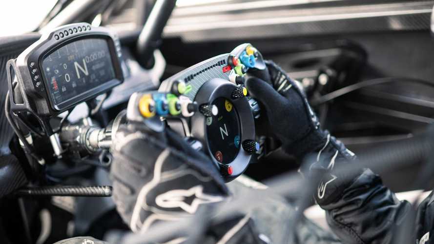 У Bentley появился руль для виртуальных и реальных гонок
