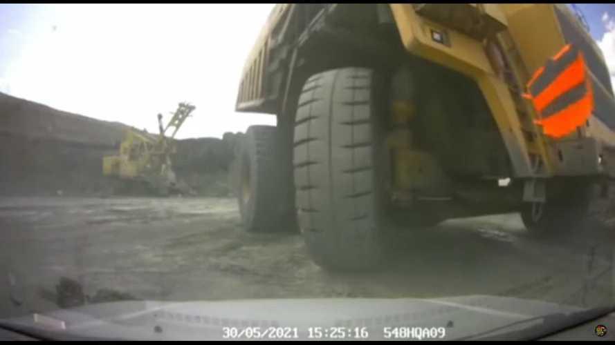 Dash cam footage of tipper lorry crushing repair car is terrifying