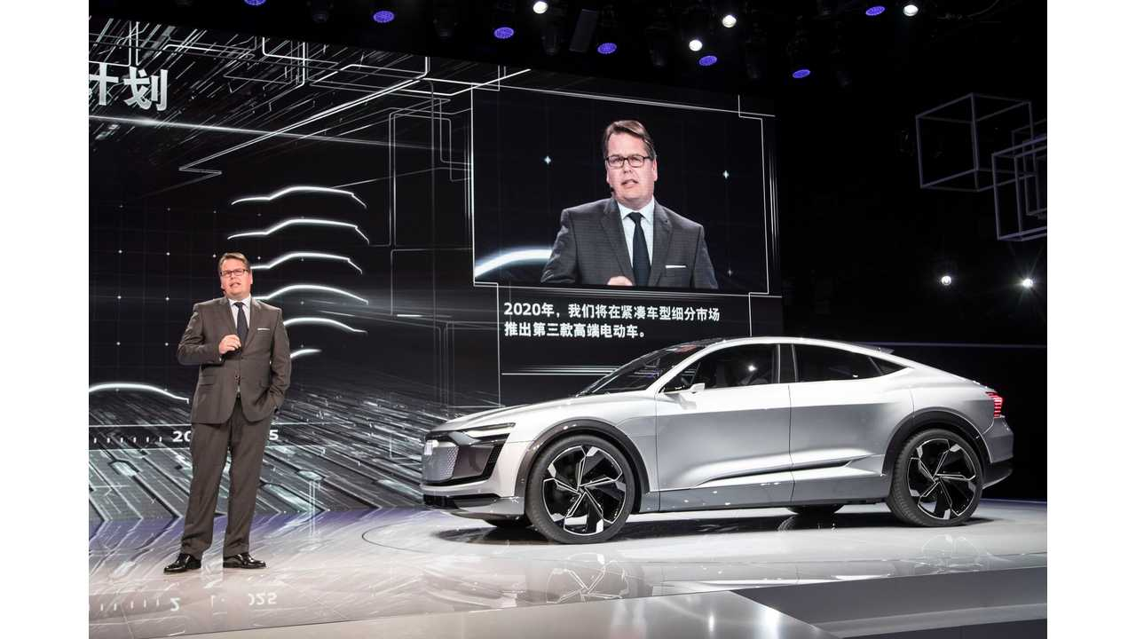 Dr. Dietmar Voggenreiter (Member of the Board of Management of AUDI AG for Sales and Marketing) and the Audi e-tron Sportback concept.
