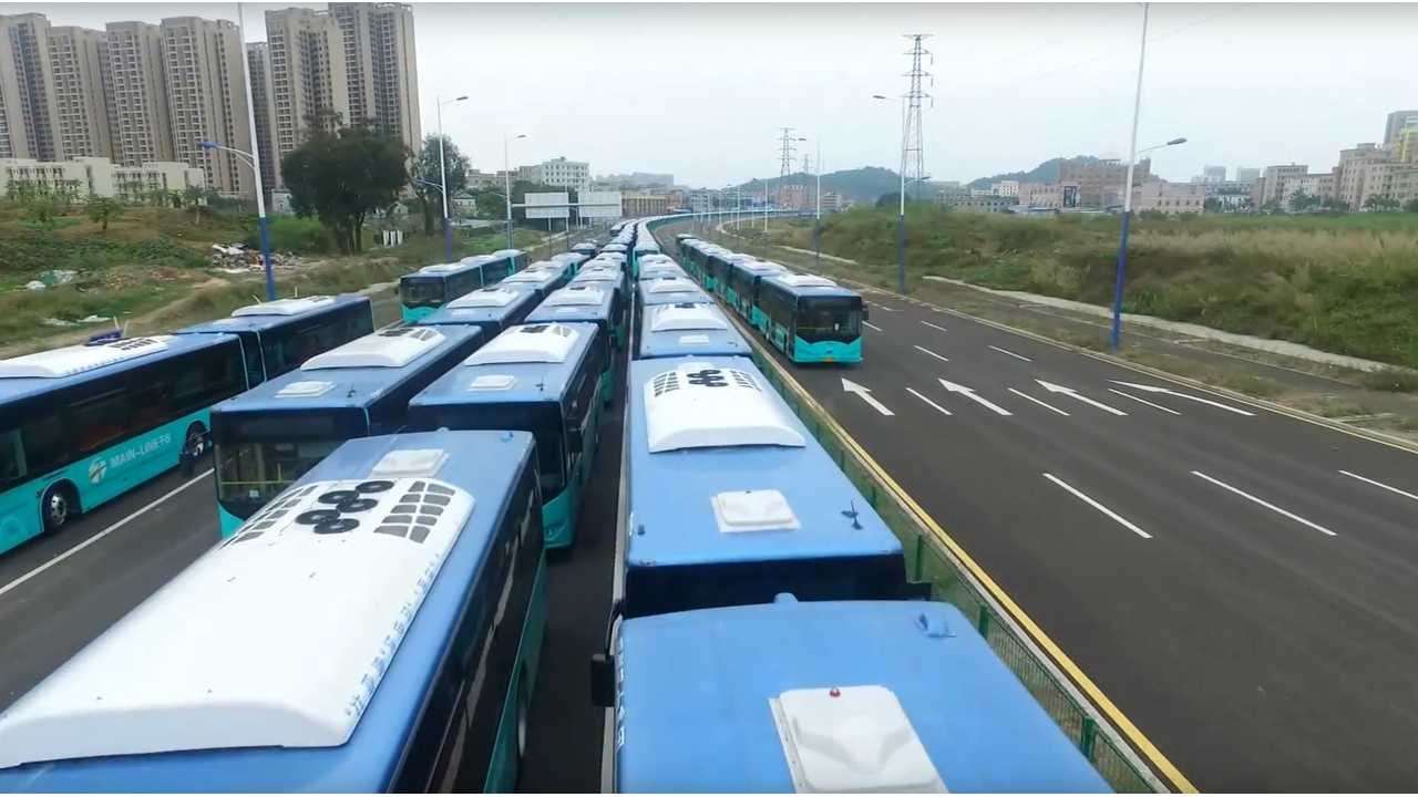 Huge BYD electric bus delivery jammed the highway