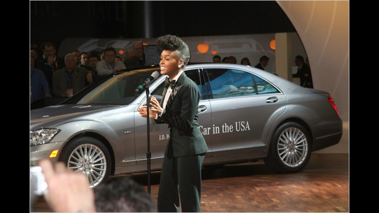 Bei Mercedes wird nicht nur nett gelächelt, sondern auch noch schön gesungen: Janelle Monae bei ihrem Auftritt am Messestand