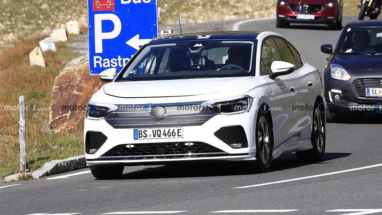 Volkswagen Aero B Электрический седан шпионские выстрелы спереди на дороге