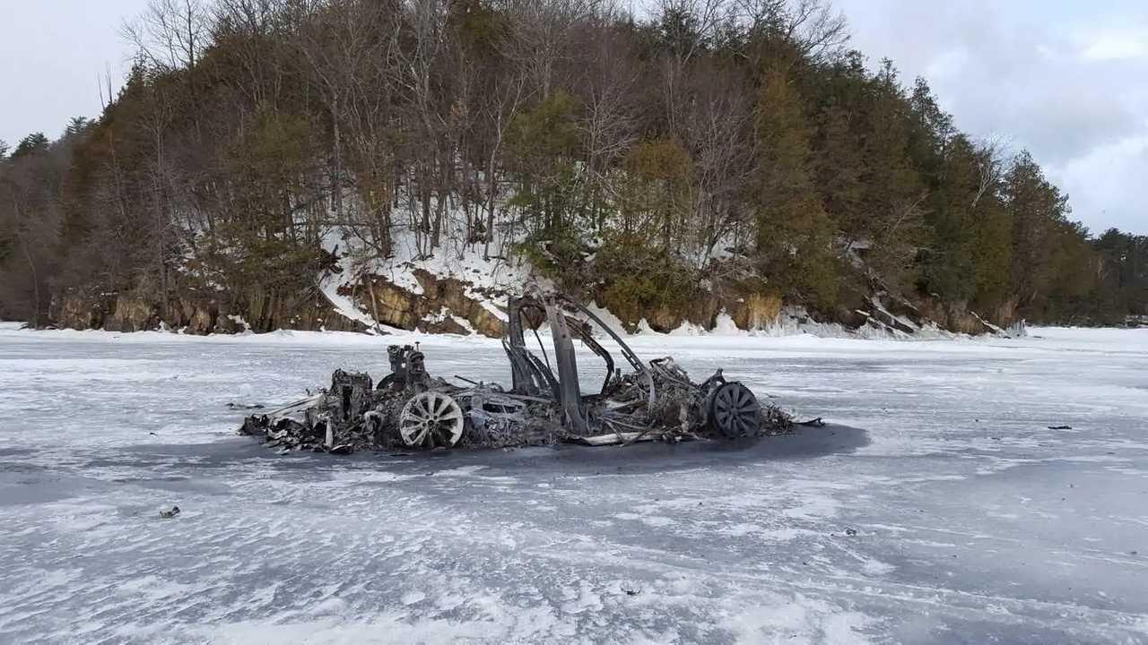 Tesla Model X quemado en el hielo