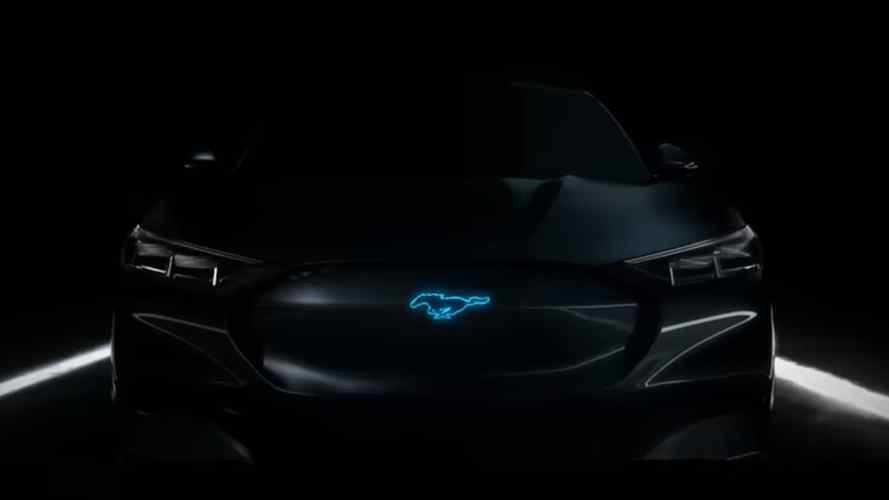 Ford Mustang, l'ibrida si svela in uno spot con Bryan Cranston