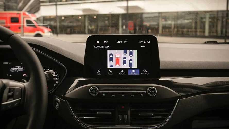 """Ford testa tecnologia que abre """"corredor de emergência"""" no trânsito"""