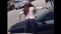 Marmelada: mulher destruindo carro com martelo em SP é armação
