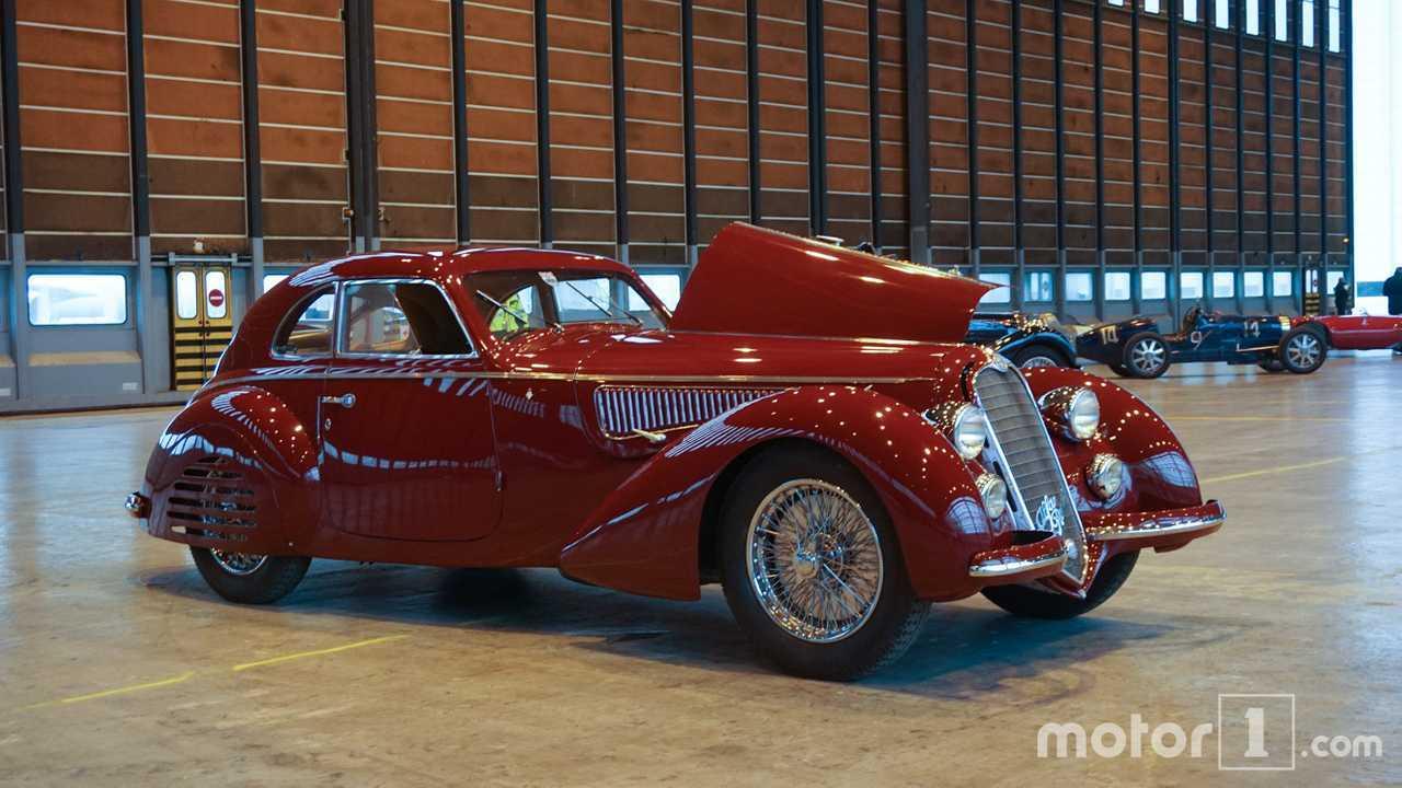 photos les plus belles voitures de la vente r tromobile r unies dans un hangar. Black Bedroom Furniture Sets. Home Design Ideas