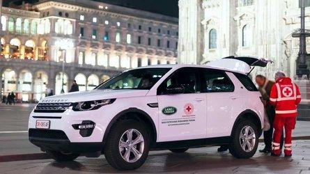Il Land Rover Defender lavora insieme ai droni della Croce Rossa