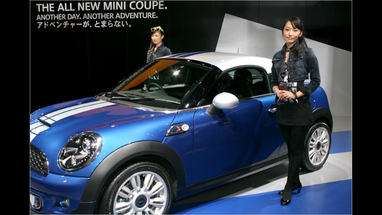 So enttäuscht, wie diese beiden Girls schauen, dürfen sie wohl keine Runde im Mini Coupé drehen