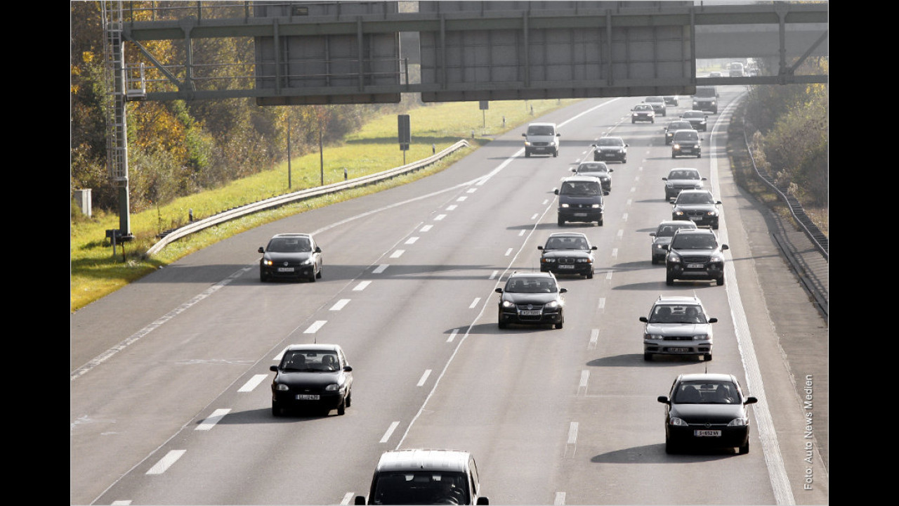 Autobahnkreuz mit Abbiegespuren: Wann darf ich rechts schneller fahren?