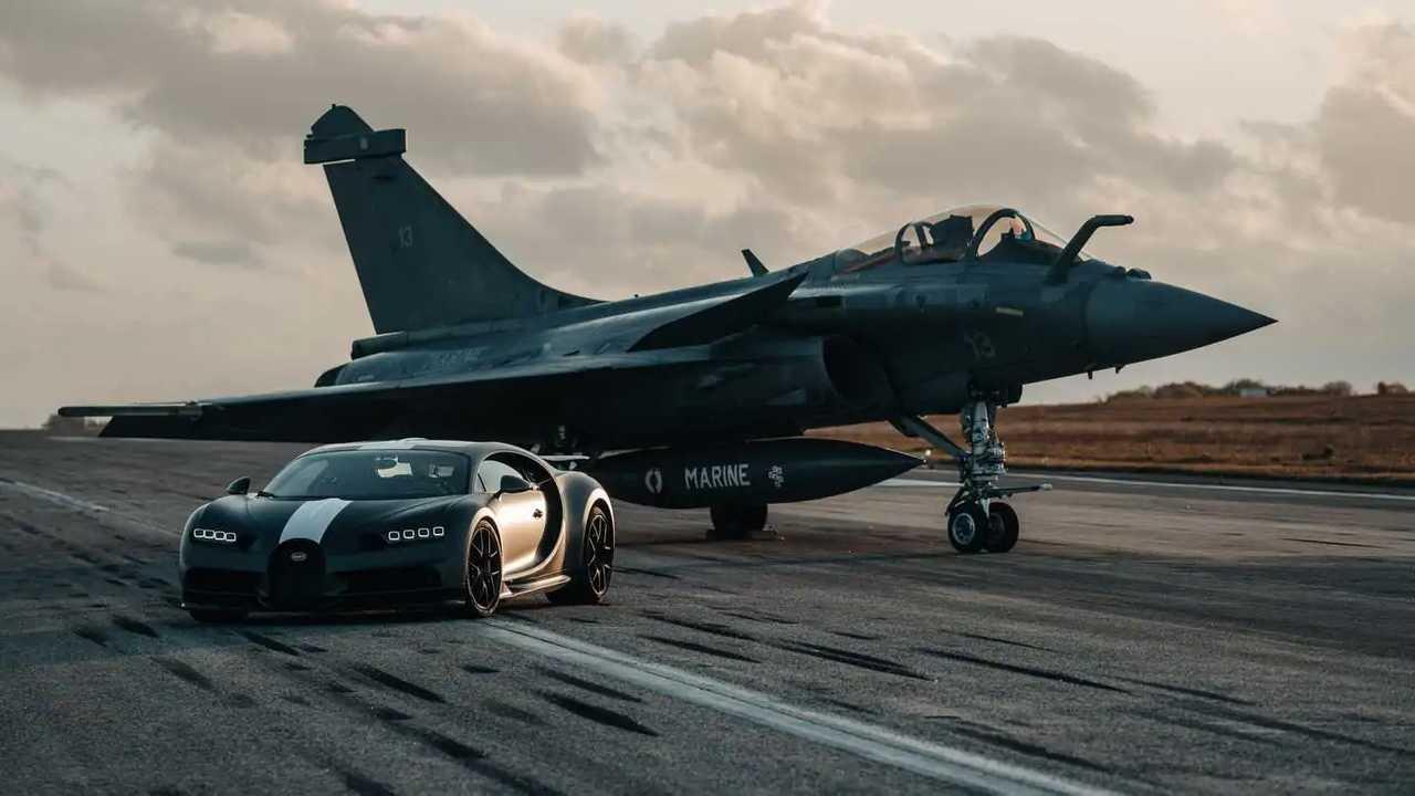 Bugatti Chiron Pur Sport lawan jet tempur Dassault Rafale.