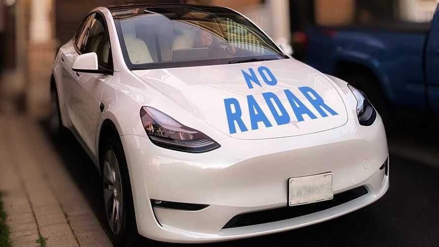 Radarsız bir Tesla Model Y'nin sürüşünü izleyin