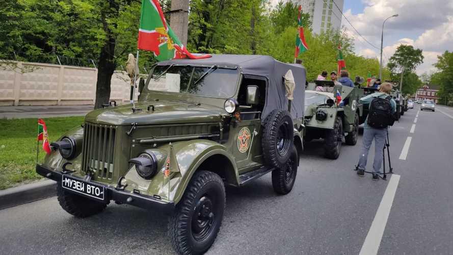 Посмотрите на мини-парад редких армейских машин в Москве