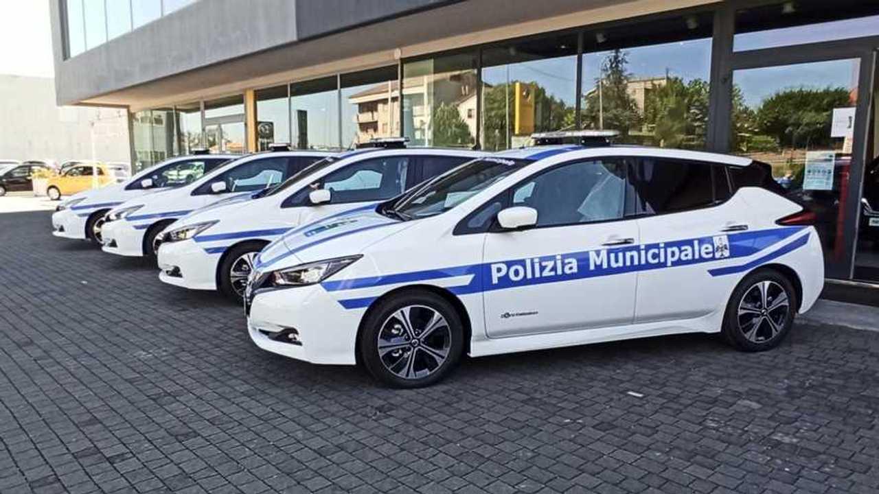 Nissan Leaf con la Polizia Municipale e il Sindaco de L'Aquila