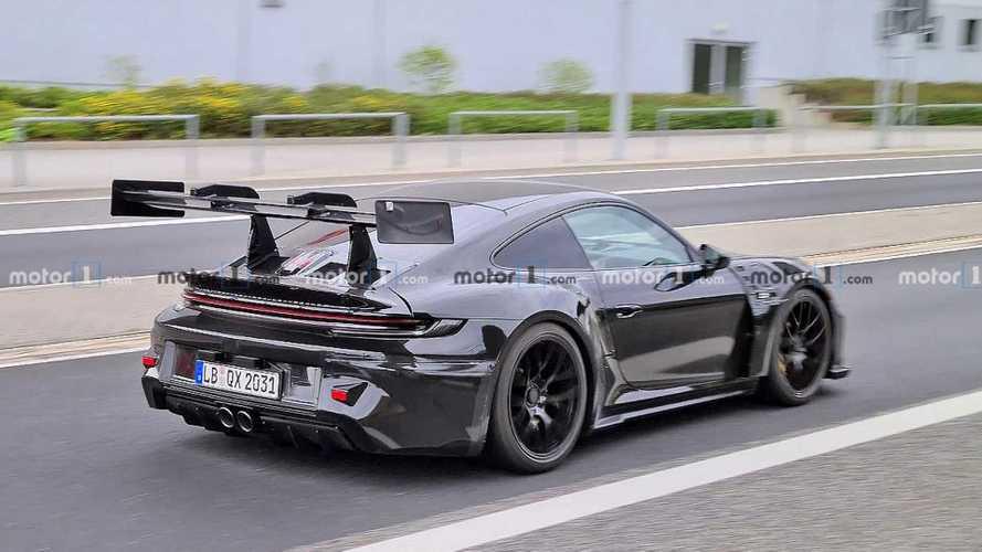 La future Porsche 911 GT3 RS débusquée avec un immense aileron