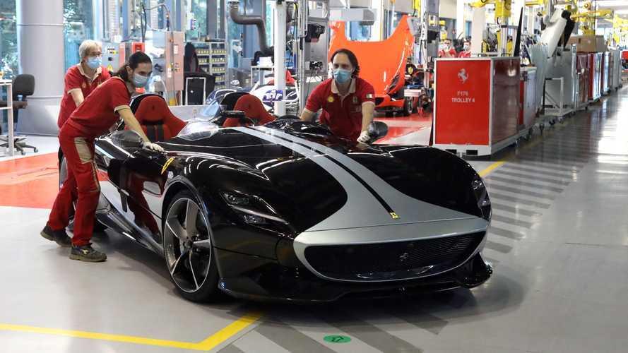 Riparte l'industria dell'auto, da Ferrari a Volkswagen. Le immagini dal mondo
