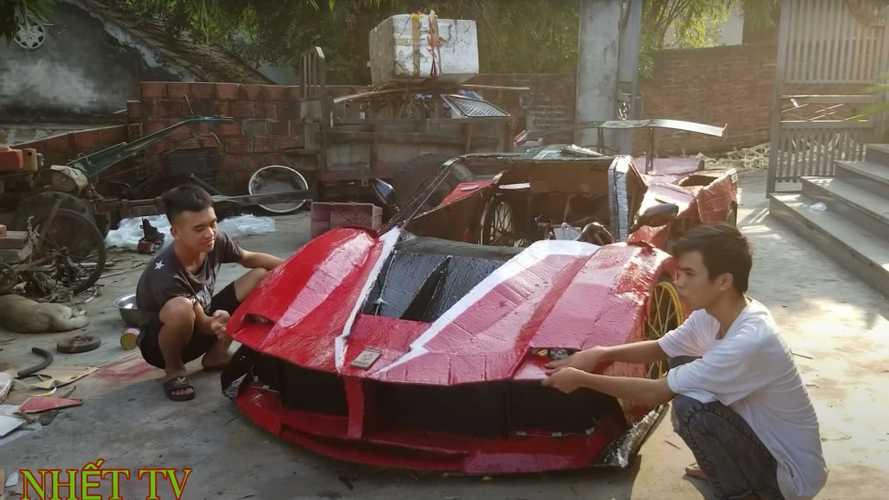 Íme a vietnámi fiatalok, akik kartonból építenek működőképes sportkocsikat