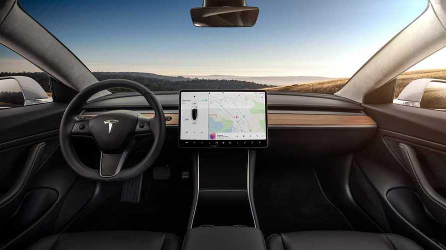 Tesla, più autonomia e potenza con il nuovo aggiornamento software