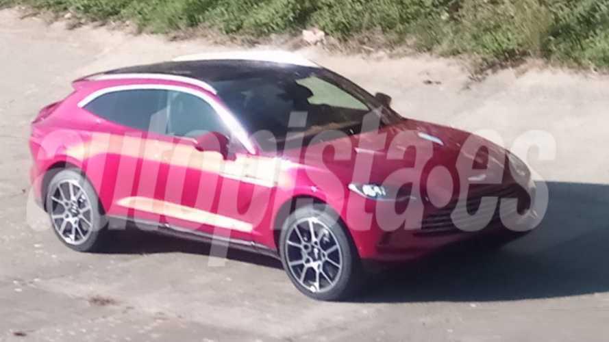 Mira la Aston Martin DBX sin camuflaje y en un color rosa violento