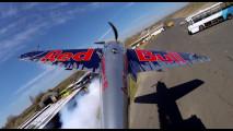 Drifting contro giro della morte, quando auto e aereo si sfidano