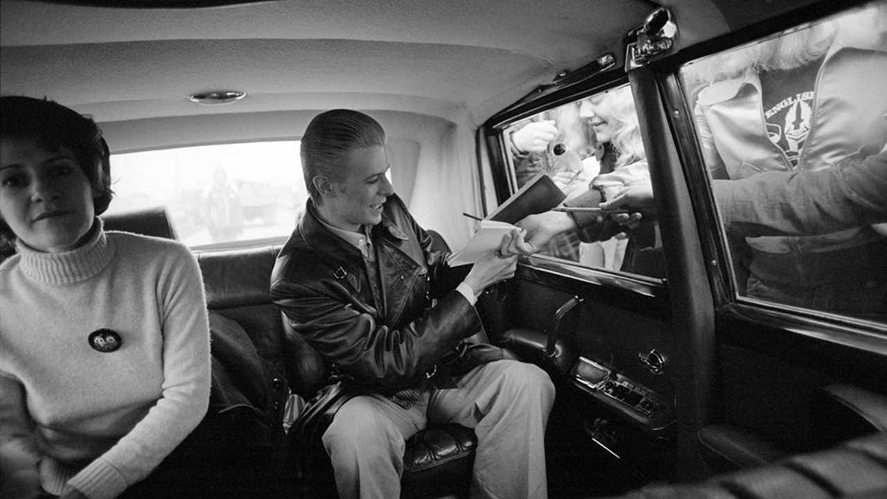 Copertina David Bowie e le auto con cui è entrato nella storia
