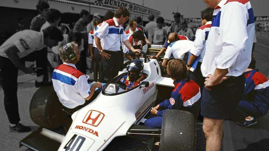 Vuelve la ropa retro con esta colección de F1 inspirada en los 80