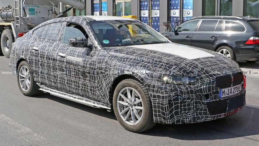 BMW i4, prime foto spia dell'interno