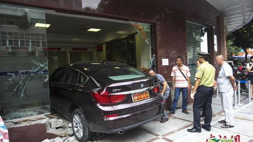 Bmw Car Accident News Four Injured After Speeding Bmw Rams Them Near