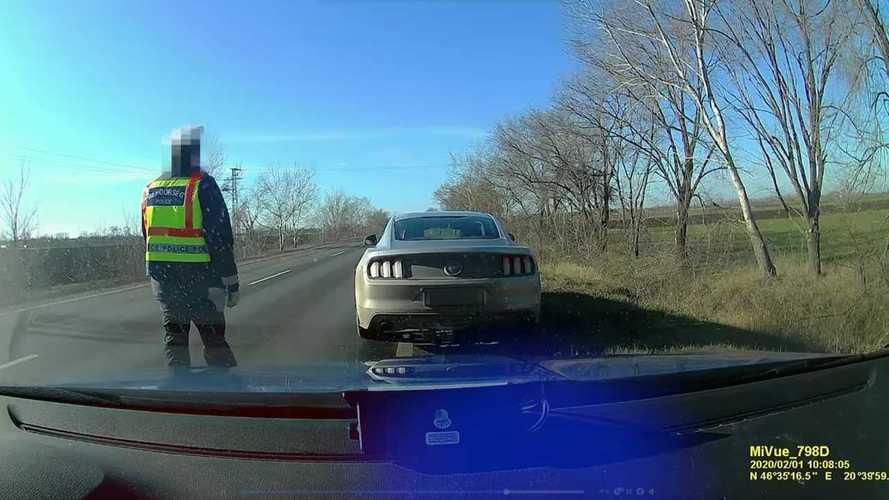 Videó: Egy civilnek álcázott rendőrautónak mutatta meg a mustangos, hogy nem illik vezetni