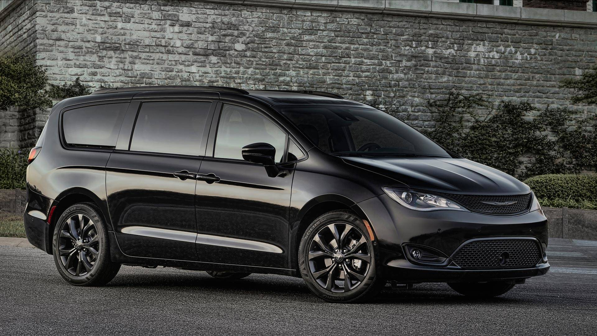 2019 Chrysler Pacifica Hybrid Gets Blacked Out Trim Package