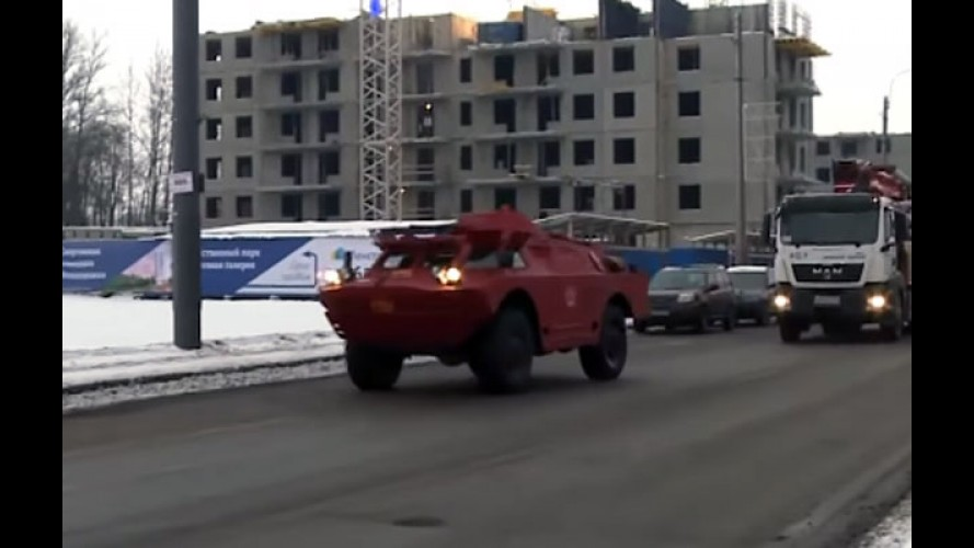 Este blindado militar está sendo usado como táxi na Rússia - vídeo