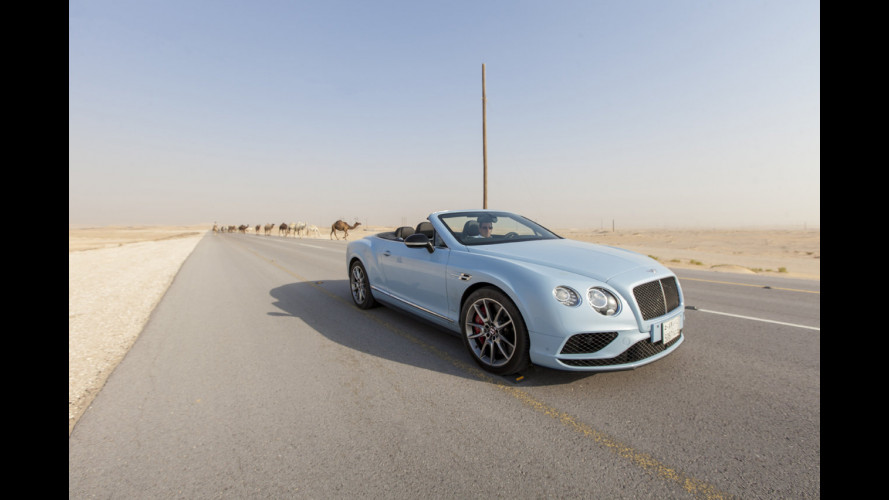 Bentley Continental GT, il V8 della S Convertible sfida un treno [VIDEO]
