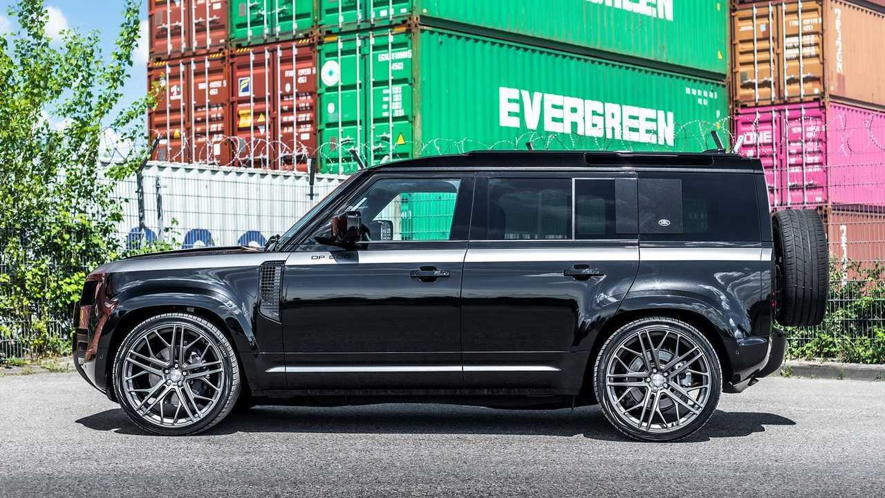 Land Rover Defender dengan ban besar dan tenaga tambahan.