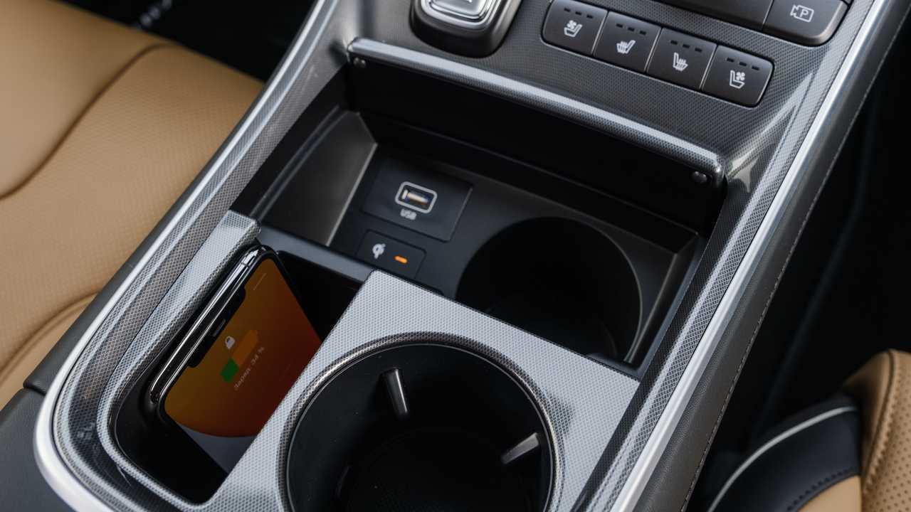 Обновленный Hyundai Santa Fe для России, зарядка телефона