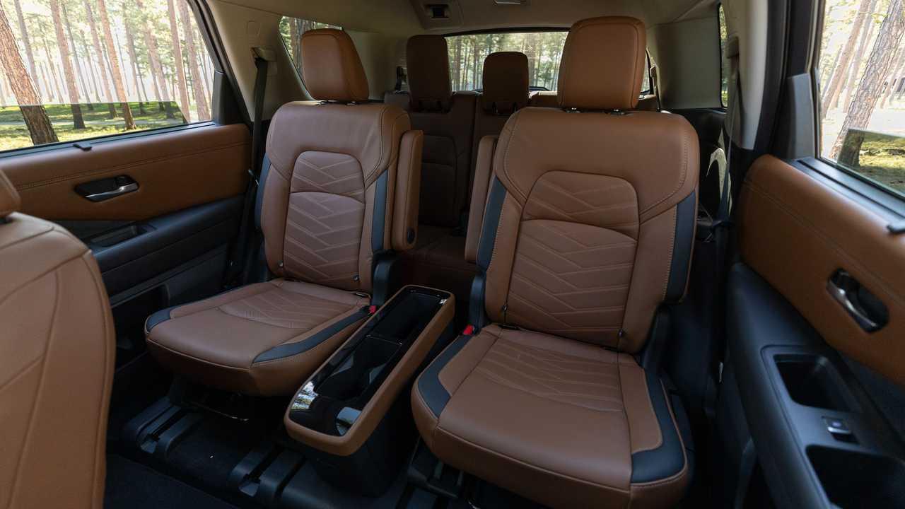 Задние ковши салона Nissan Pathfinder Platinum 2022 года