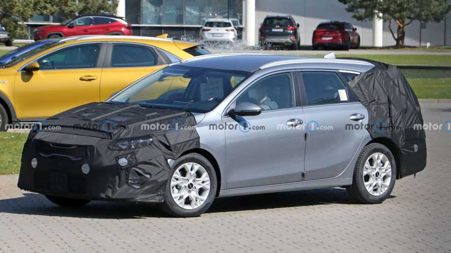 2022 Kia Ceed hatchback, estate spied getting mid-cycle makeover
