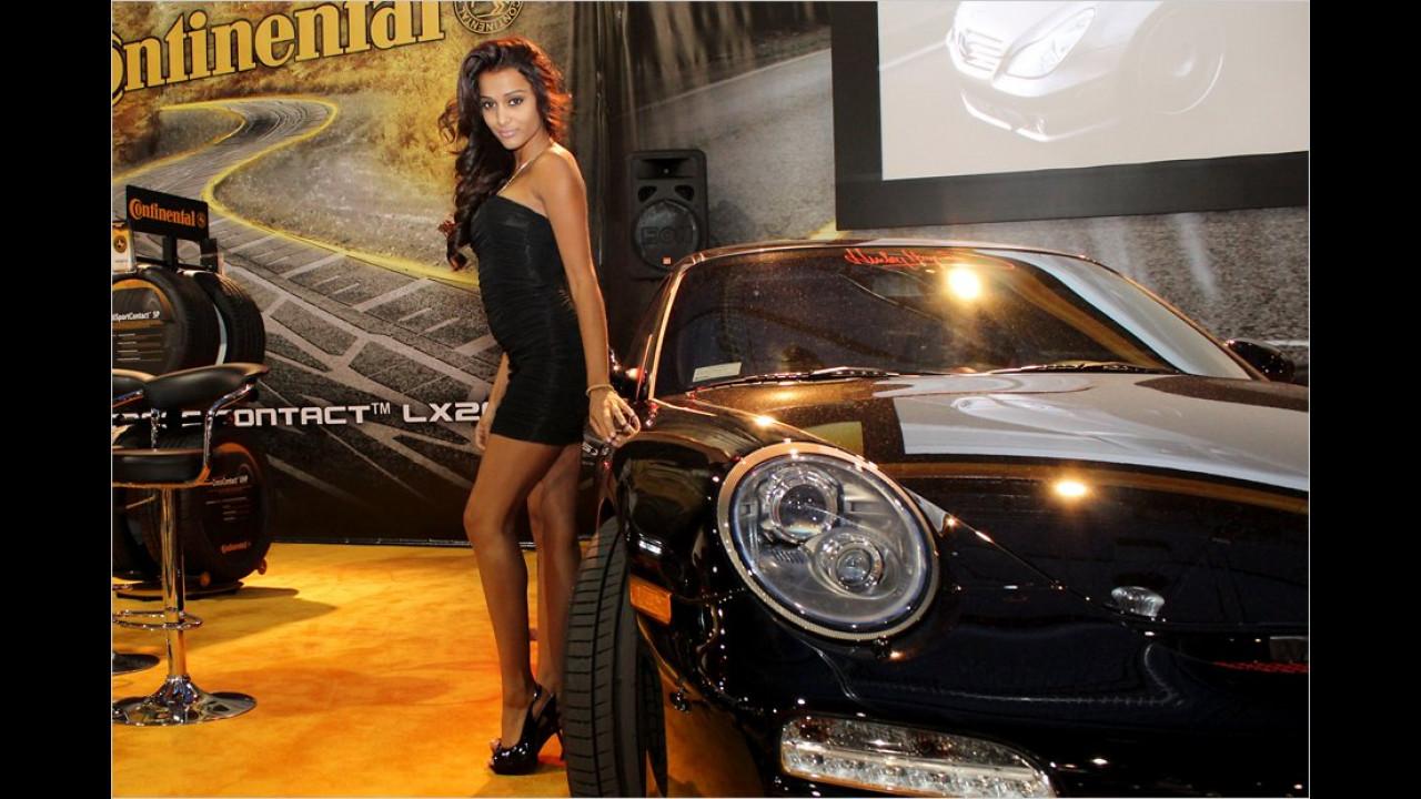 Schwarzer Mini, schwarzer Sportwagen: Continental hat sein Girl perfekt auf das Auto abgestimmt