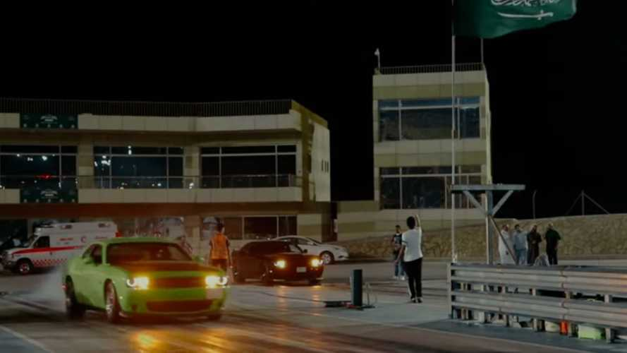 Dodge Challenger Drag Race Pits Hellcat Against SRT
