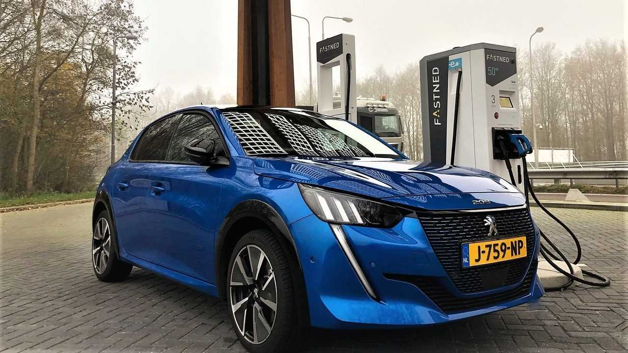 Peugeot e-208 at a Fastned fast charging station