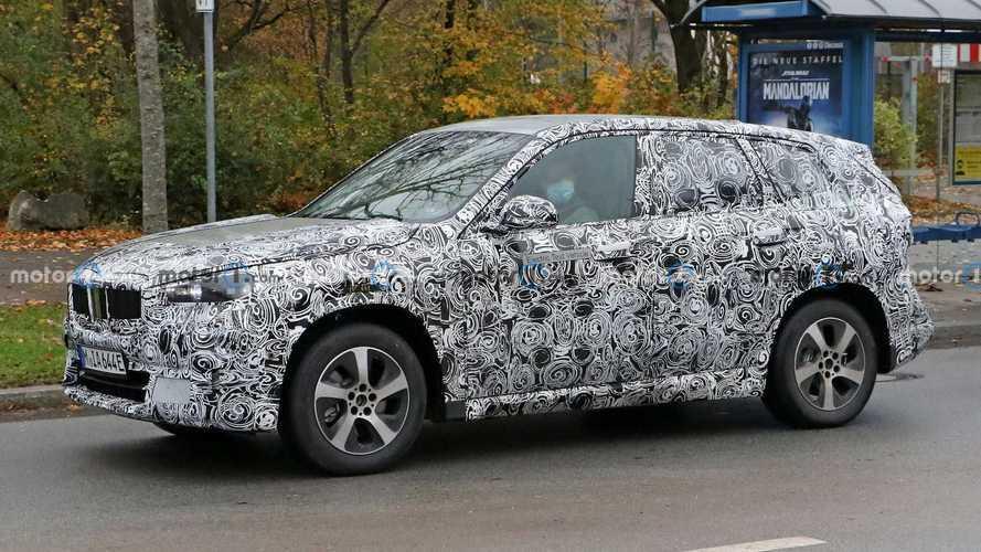 Le prime immagini della nuova BMW iX1, il SUV elettrico compatto
